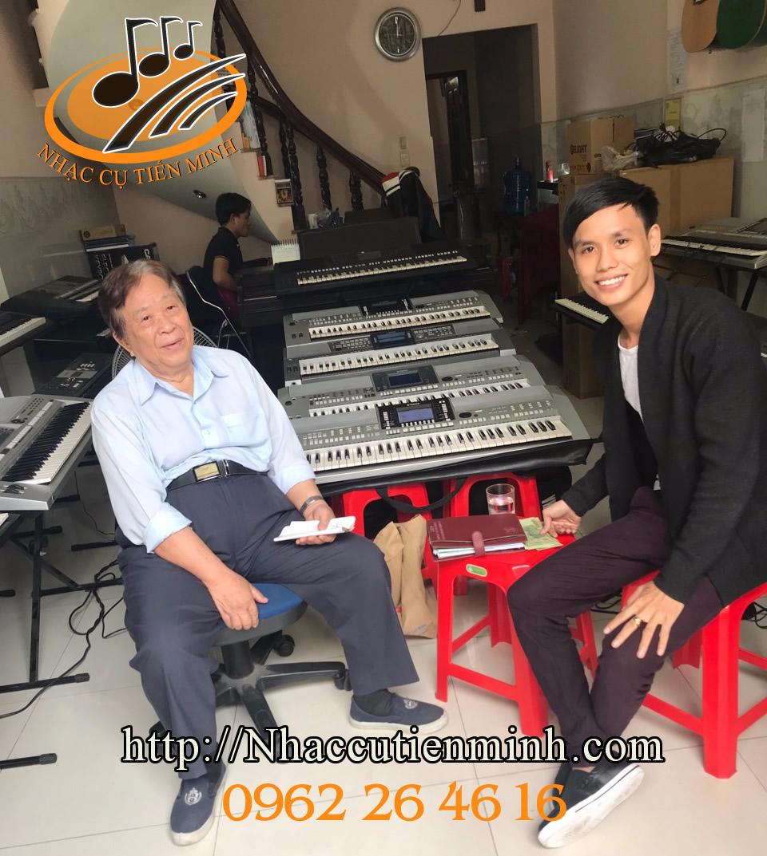 Nhạc Sĩ Cao Văn Lý mua đàn tại cửa hàng Tiến Minh