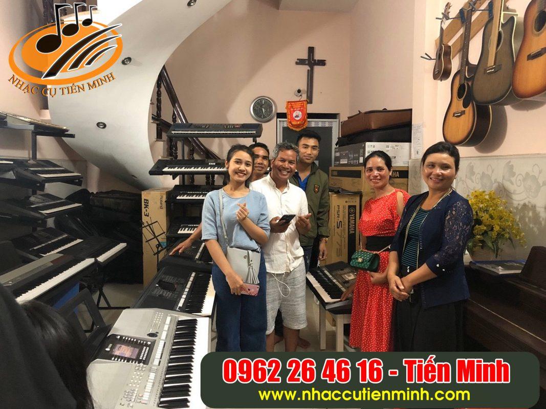 Đại gia đình khách từ Gia Lai  xuống mua đàn Yamaha Psr s770